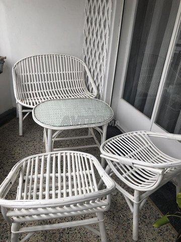 Une table avec les chaises pour la terrasse - 1
